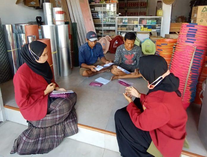 Mahasiswa PMM 45 UMM lakukan sosialisasi di salah satu rumah warga desa Sedarum