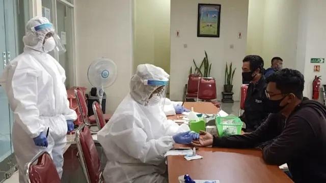 Nakes melakukan rapid test yang digelar Pemerintah Kota Malang ©Liputan6.com